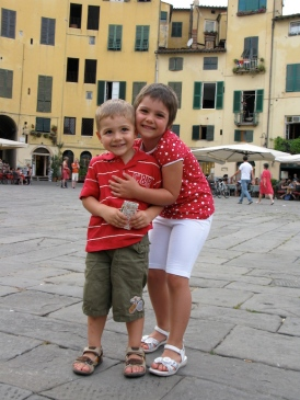 Gabriele e Sara in Piazza dell'Anfiteatro Italy Trip 2009, Lucca, Italy Date: Saturday July 04, 2009